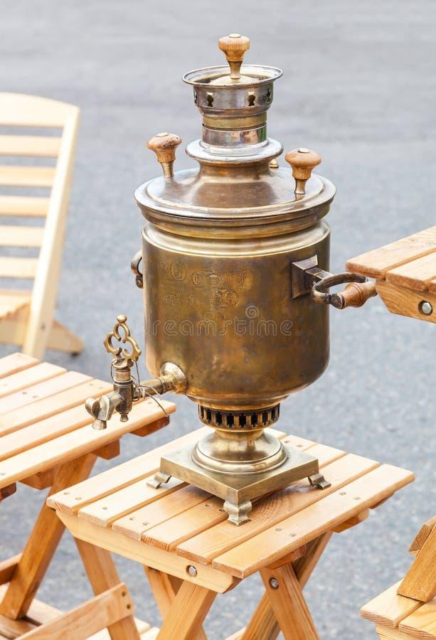 Viejo objeto tradicional ruso para la ceremonia de té - samovar de cobre fotos de archivo libres de regalías