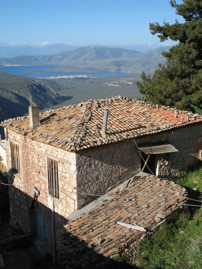 Viejo paisaje de la casa y de la montaña cerca de Delphi imagen de archivo libre de regalías