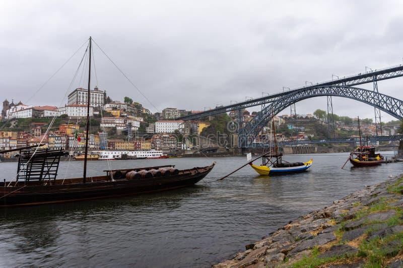 Viejo paisaje urbano de la ciudad de Oporto, Portugal en el río del Duero con los barcos tradicionales imagen de archivo