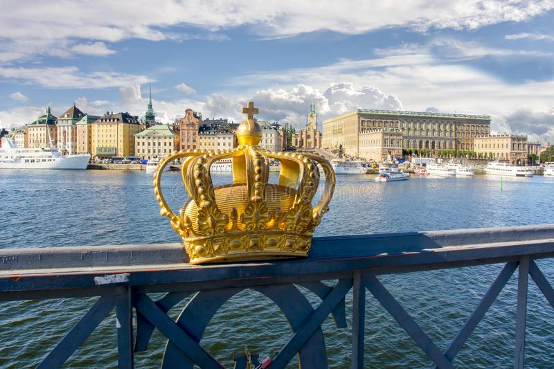 Viejo paisaje urbano y corona real, Suecia de Gamla Stan de la ciudad de Estocolmo foto de archivo libre de regalías