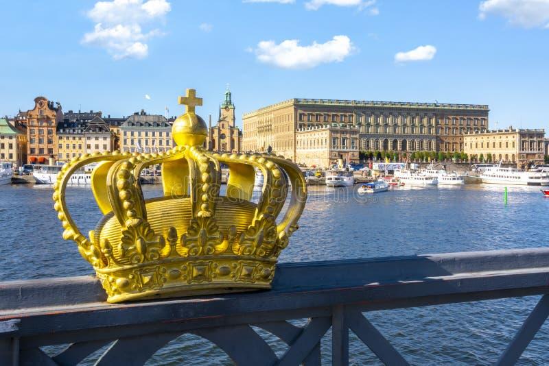 Viejo paisaje urbano y corona real, Suecia de Gamla Stan de la ciudad de Estocolmo imágenes de archivo libres de regalías