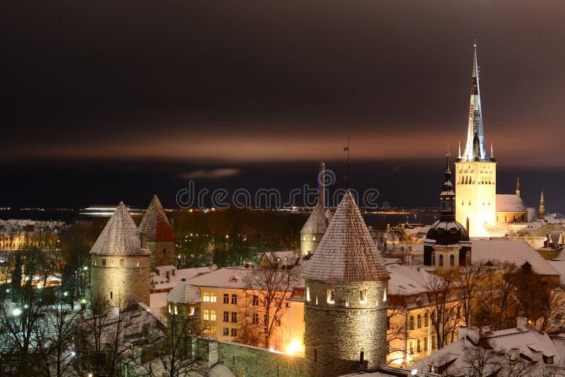 Viejo panorama de la noche de la ciudad Plataforma de la visión de Patkuli tallinn Estonia foto de archivo