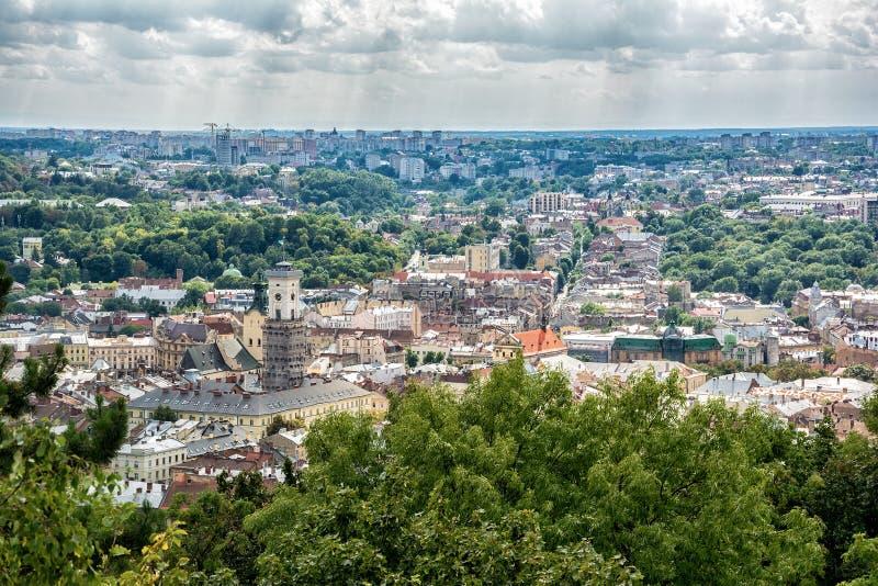 Viejo panorama de la opinión superior de la ciudad de Lviv, Ucrania fotografía de archivo