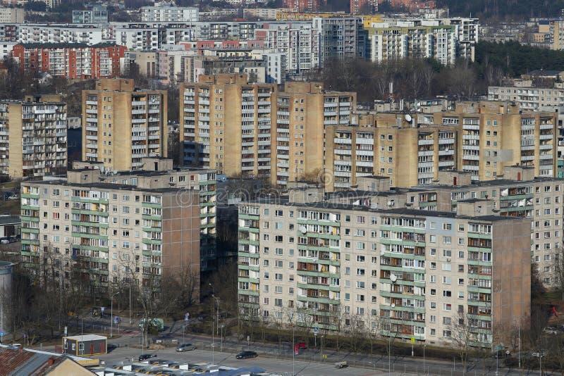 Viejo panorama de las casas de bloque del tiempo soviético en Vilna, Lituania fotos de archivo