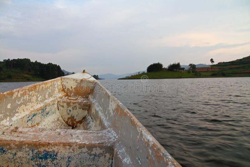 Viejo paseo del barco en el lago community foto de archivo