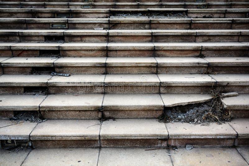Viejo paso concreto roto de la escalera imagen de archivo libre de regalías