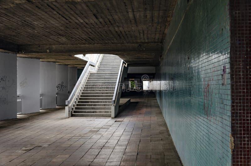 Viejo paso urbano con la escalera vacía imagenes de archivo