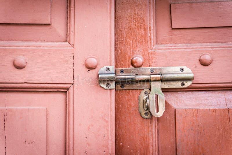 Viejo perno en una puerta de madera retra fotografía de archivo libre de regalías