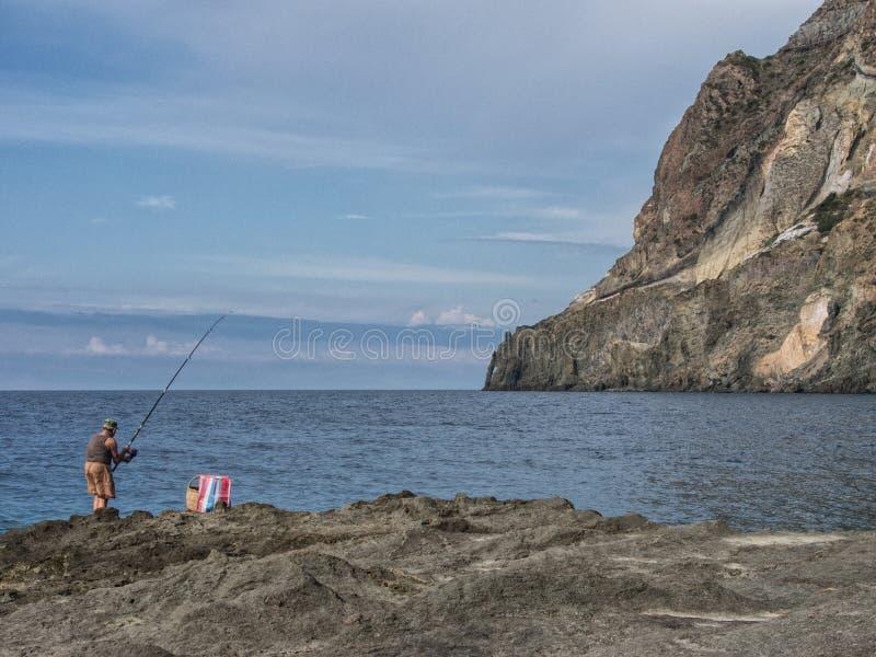 Viejo pescador en las costas de la isla del pantelleria, Italia fotografía de archivo