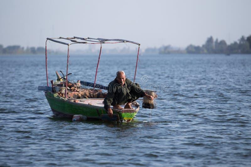 Viejo pescador en Nile River en Egipto imagenes de archivo