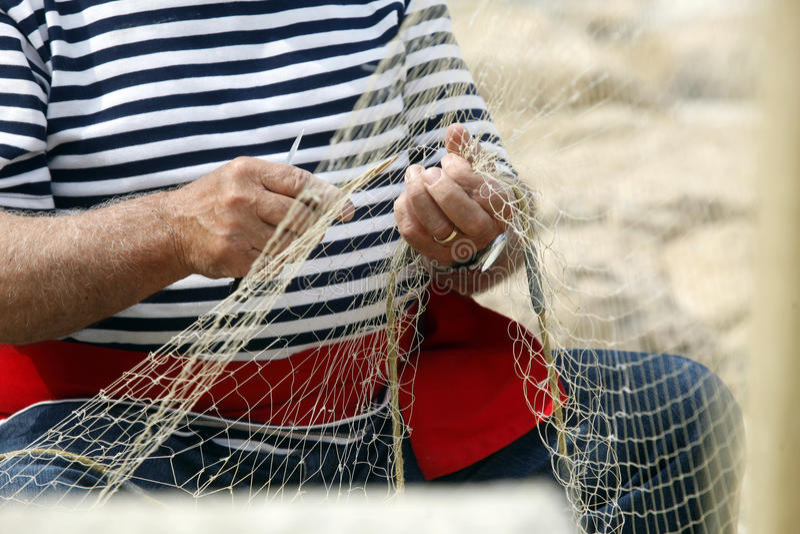 Viejo pescador Mending Nets imagen de archivo