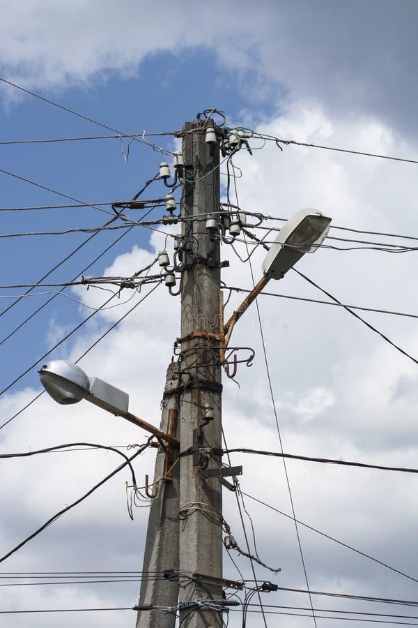 Viejo poste eléctrico de la calle con los alambres en fondo del cielo imagen de archivo libre de regalías