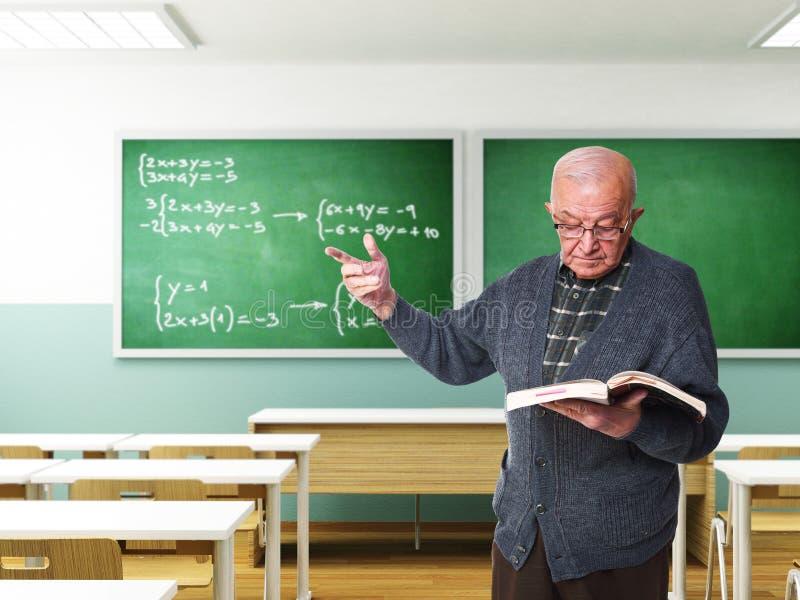 Viejo profesor en la acción fotografía de archivo