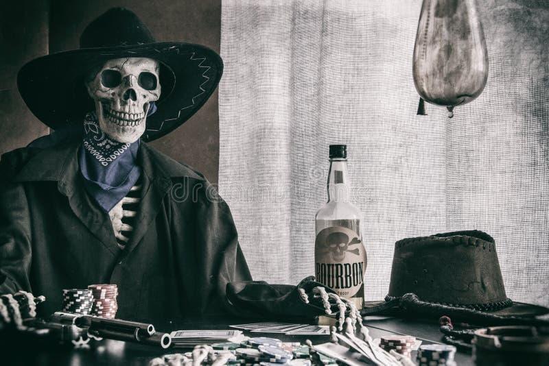 Viejo proscrito del oeste del esqueleto del póker fotografía de archivo
