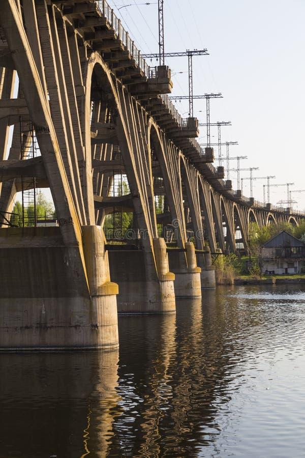 Viejo puente ferroviario de cemento monolítico arqueado fotografía de archivo libre de regalías