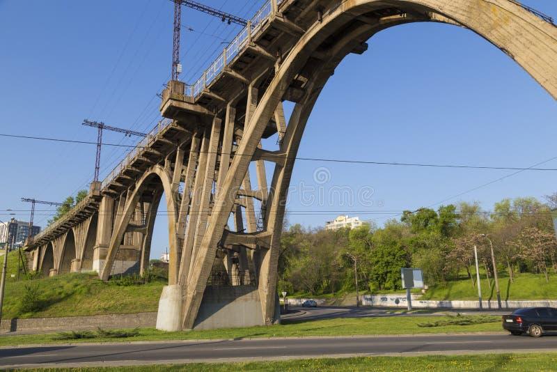 Viejo puente ferroviario monolítico de cemento imagen de archivo libre de regalías