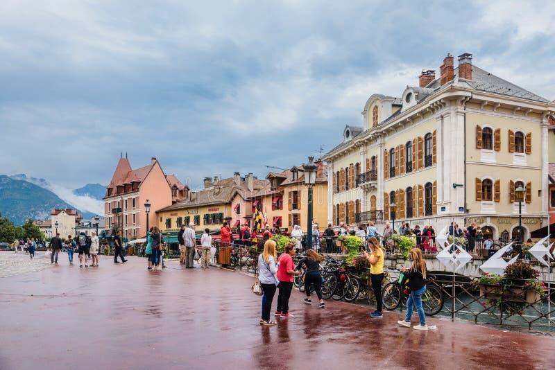Viejo punto de vista de la ciudad de Annecy con la gente por día lluvioso foto de archivo libre de regalías