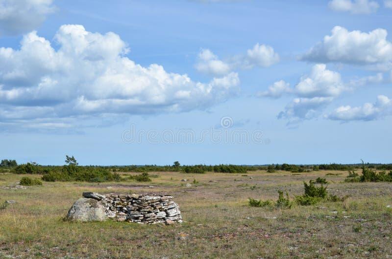 Download Viejo Refugio De La Caza En Un Paisaje Abierto Imagen de archivo - Imagen de verano, piedras: 42426925