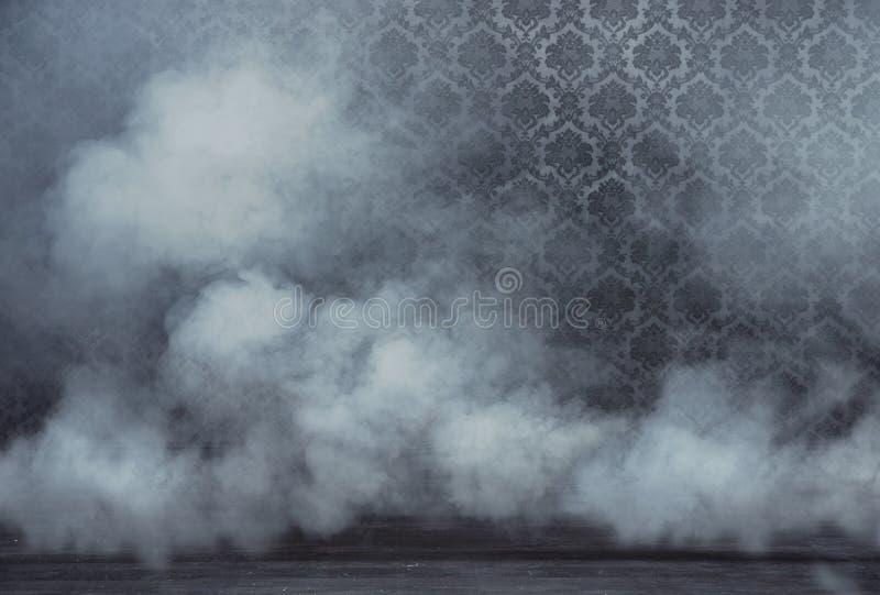 Viejo rrom del vintage llenado de humo denso foto de archivo