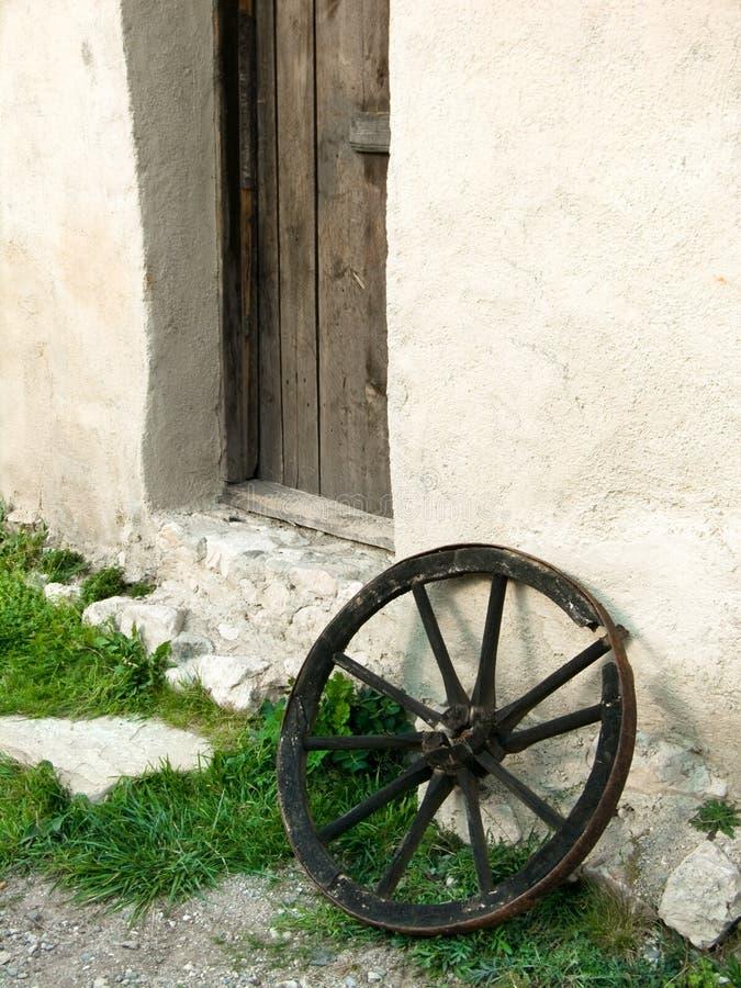 Viejo ruede adentro la fortaleza medival de Rasnov imagen de archivo libre de regalías