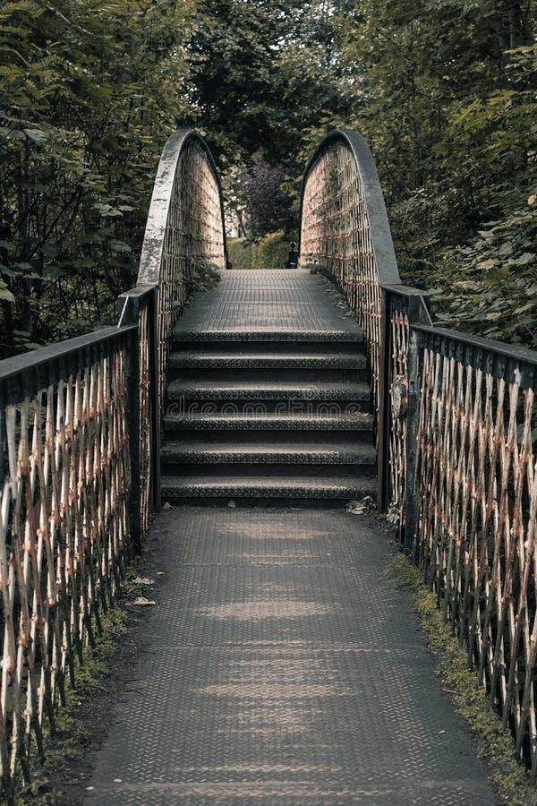 Viejo Rusty Bridge Symmetrical fotos de archivo libres de regalías