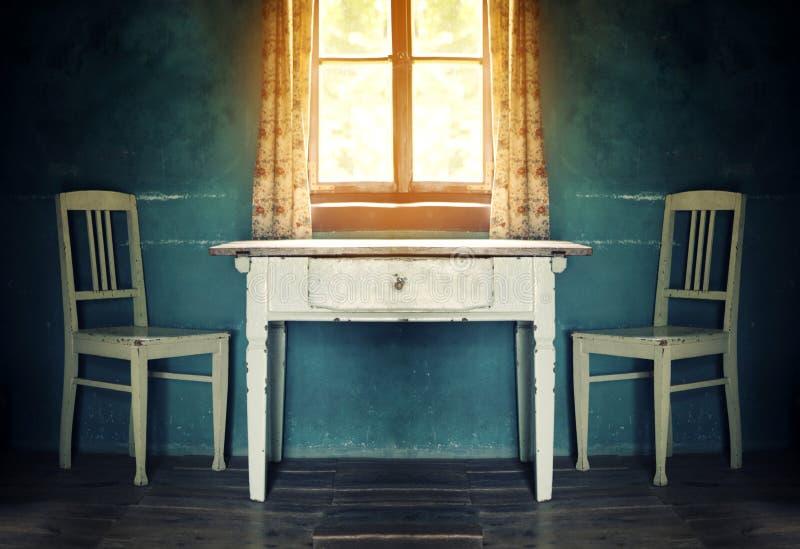Viejo sitio del vintage con la tabla y dos sillas foto de archivo libre de regalías