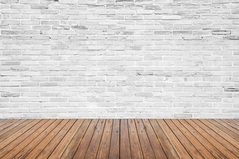 Viejo sitio interior con el piso de la pared de ladrillo y de madera imágenes de archivo libres de regalías