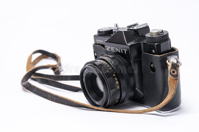 Viejo soviet Zenit TLL cámara de la película de 35 milímetros aislada en blanco con él foto de archivo
