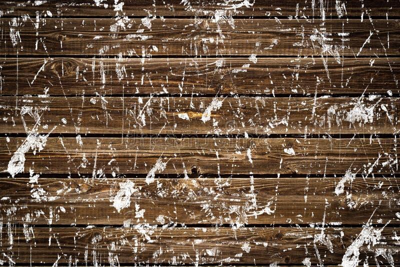 Viejo tablero de madera marrón salpicado con los excrementos blancos de la pintura imagen de archivo libre de regalías
