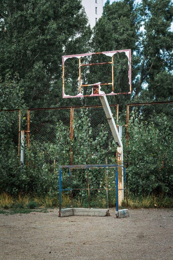 Viejo tablero oxidado quebrado del baloncesto del metal Borde del baloncesto sin red fotos de archivo libres de regalías