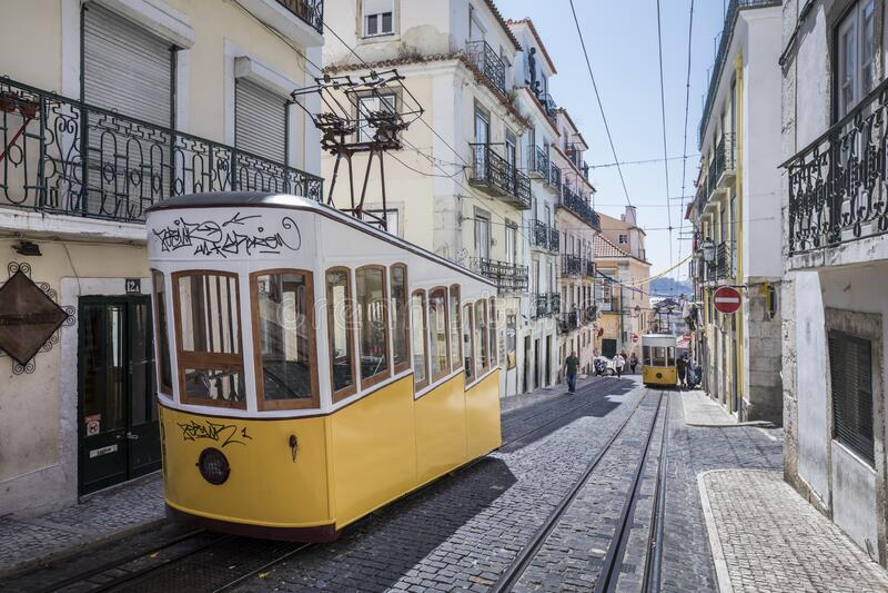 Viejo teleférico en Lisboa, distrito de Bairro Alto, Portugal imagenes de archivo