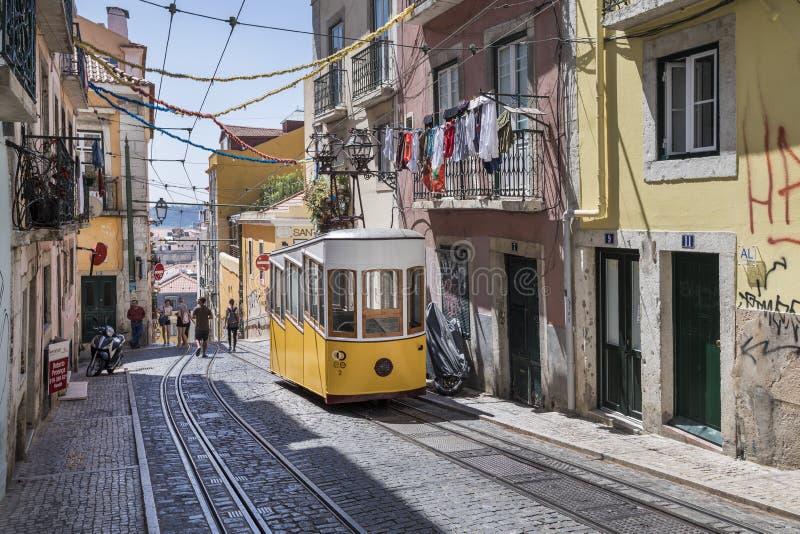 Viejo teleférico en Lisboa, distrito de Bairro Alto, Portugal imágenes de archivo libres de regalías