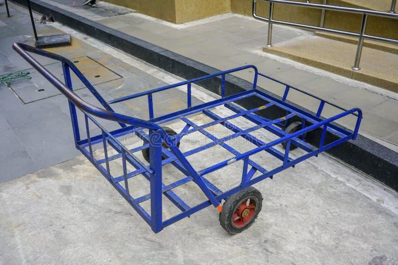 Viejo tirón azul a lo largo del carro del carro con 3 ruedas para el parque resistente imagen de archivo libre de regalías