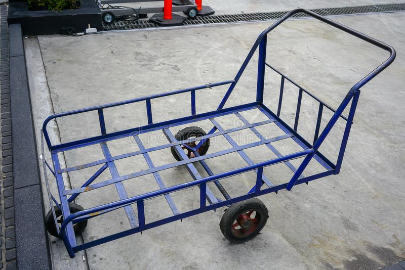 Viejo tirón azul a lo largo del carro del carro con 3 ruedas para el parque resistente fotografía de archivo libre de regalías