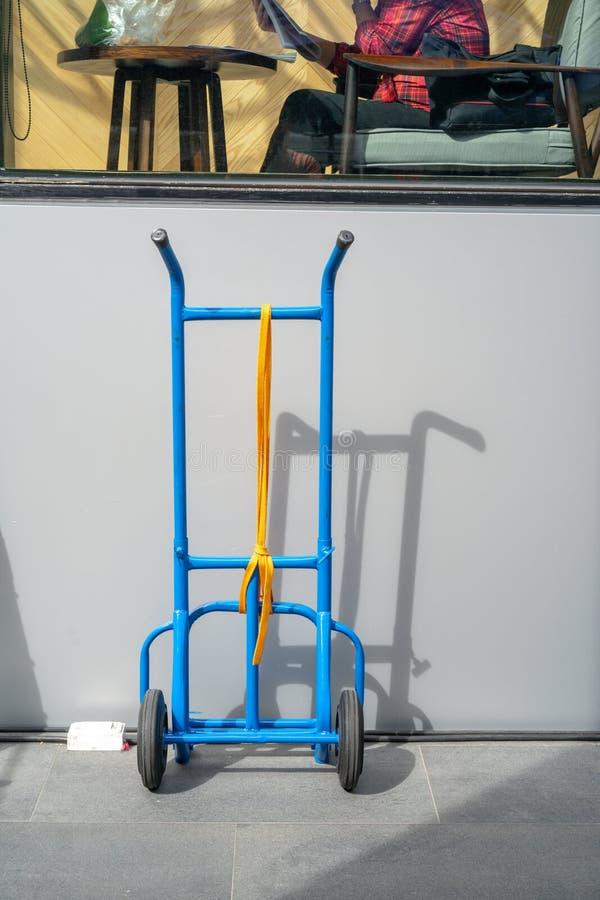 Viejo tirón azul a lo largo del carro del carro con 3 ruedas para el parque resistente fotos de archivo libres de regalías