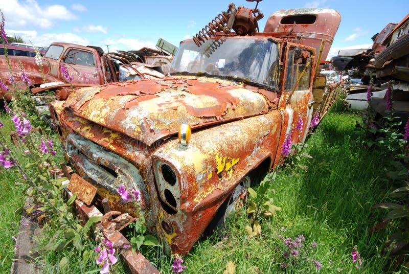 Viejo trusk oxidado de la recolección en un junkyard del coche fotos de archivo