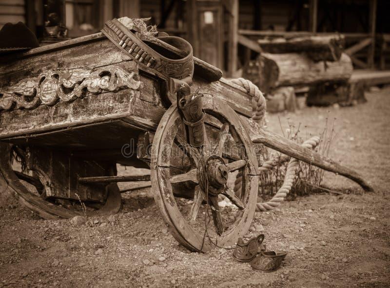 Viejo vaquero en el carro del rancho imagenes de archivo