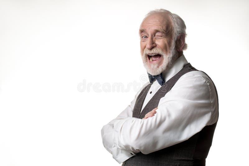Viejo varón alegre que actúa de manera jocosa fotos de archivo libres de regalías