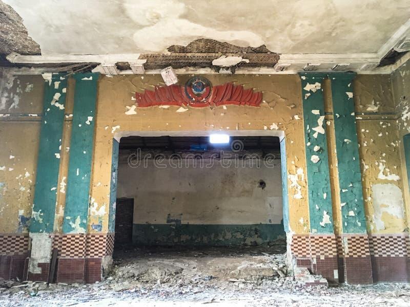 Viejo verano ruso abandonado arruinado del estado de la cuenta imagenes de archivo
