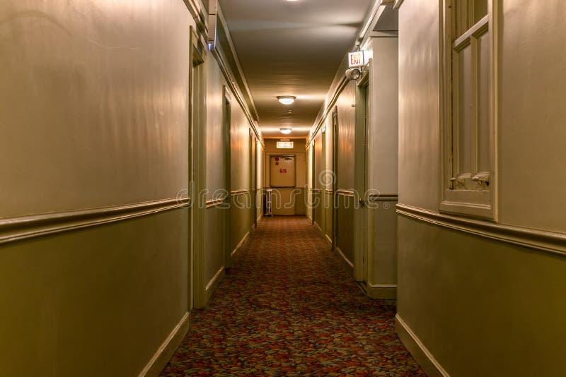 Viejo vestíbulo americano oscuro de la construcción de viviendas imagen de archivo libre de regalías