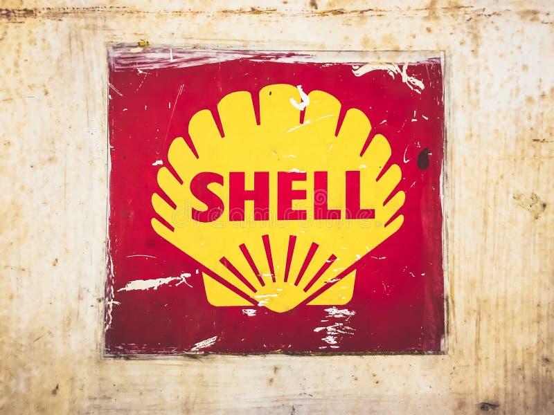 Viejo vintage Shell Oil Sign en la placa de metal oxidada fotos de archivo libres de regalías