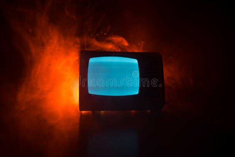 Viejo vintage TV roja con el ruido blanco en fondo de niebla entonado oscuro Receptor de televisi?n viejo retro ninguna se?al foto de archivo libre de regalías