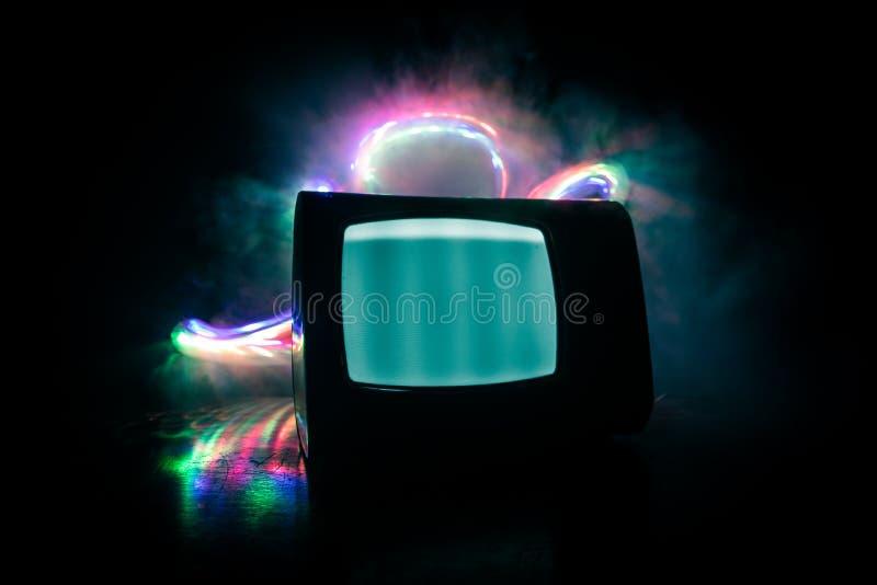 Viejo vintage TV roja con el ruido blanco en fondo de niebla entonado oscuro Receptor de televisi?n viejo retro ninguna se?al imagen de archivo