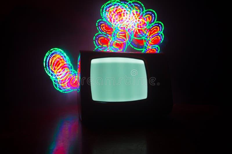 Viejo vintage TV roja con el ruido blanco en fondo de niebla entonado oscuro Receptor de televisi?n viejo retro ninguna se?al fotografía de archivo libre de regalías