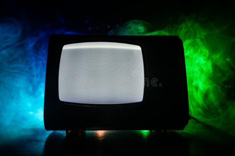 Viejo vintage TV roja con el ruido blanco en fondo de niebla entonado oscuro Receptor de televisi?n viejo retro ninguna se?al fotos de archivo libres de regalías