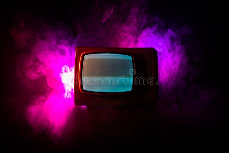 Viejo vintage TV roja con el ruido blanco en fondo de niebla entonado oscuro Receptor de televisi?n viejo retro ninguna se?al imagen de archivo libre de regalías