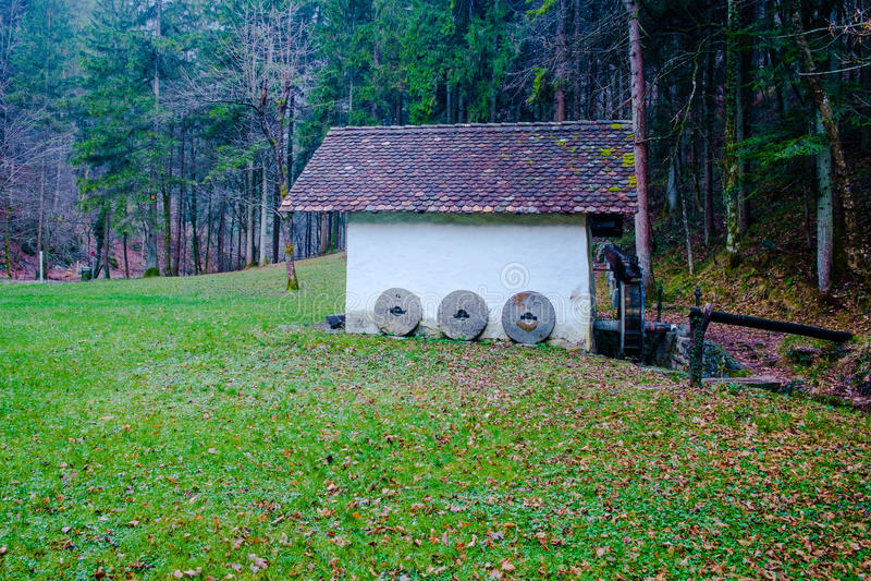 Viejo watermill en la garganta de Pekel del infierno imágenes de archivo libres de regalías