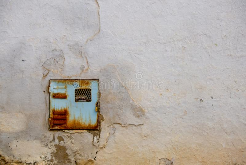 Viejo y oxidado metro de la electricidad fotografía de archivo libre de regalías
