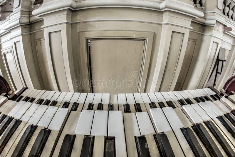 Viejo y quebrado órgano de la iglesia - teclado foto de archivo