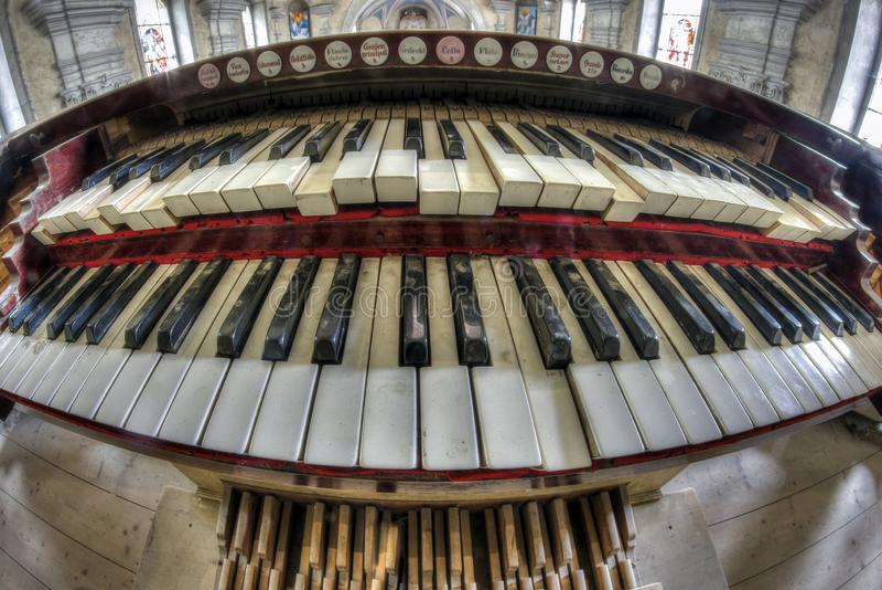 Viejo y quebrado órgano de la iglesia - teclado imagen de archivo